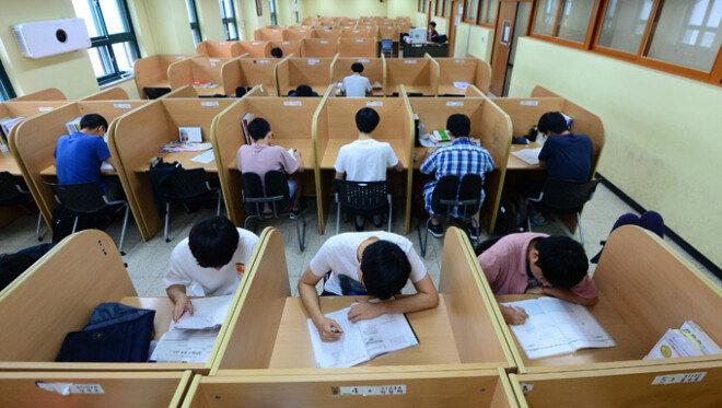 한국의 청소년들은 언제쯤이나 '입시지옥'에서 자유로워질 수 있을까. 8월 10일 서울 용산고등학교 학생들이 자습실에서 자율학습 중이다.[뉴스1]