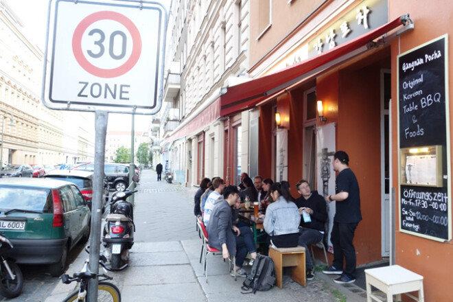 독일 동베를린 지역에 자리 잡은 한식당 '강남포차'를 찾은 손님들.[박창규 동아일보 기자]