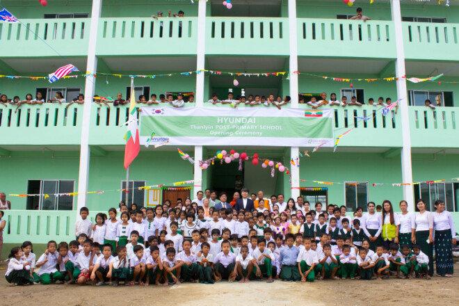 2017년 6월 열린 미얀마 딸린타운십 상아티마을 초등학교 건물 완공식에서 현대건설은 직접 제작한 휴대용 태양광 랜턴 500여 개를 아이들에게 전달했다.