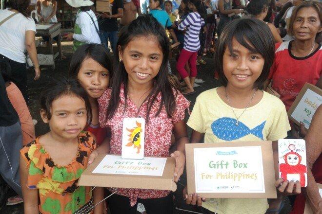 태양광 랜턴을 선물 받고 즐거워하는 필리핀 코르도바 지역 아이들.