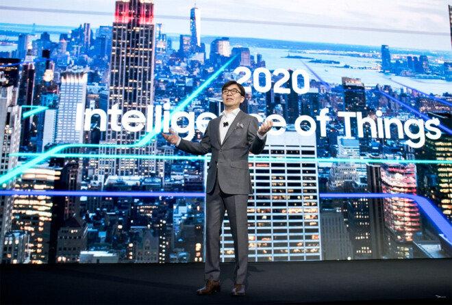 1월 8일 열린 '미 국제가전전시회(CES)'에서 김현석 삼성전자 사장이 IoT를 기반으로 모든 제품 및 서비스를 연결하는 삼성전자의 전략을 설명하고 있다. [동아DB]