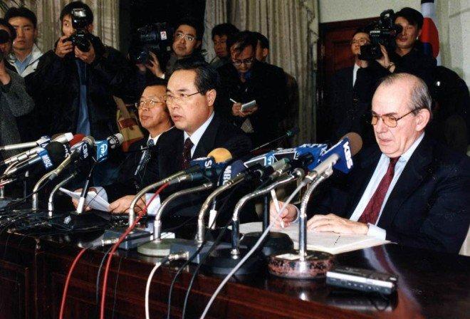 1997년 12월 3일 임창열 당시 경제부총리(가운데)가 IMF와 구제금융 협상이 타결됐음을 발표하고 있다. 왼쪽은 이경식 당시 한국은행 총재, 오른쪽은 미셸 캉드시 IMF 총재. [동아DB]