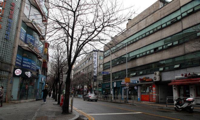 2월 25일 서울 동작구 노량진 학원가의 한 식당가 골목이 썰렁한 모습을 보이고 있다. [최혁중 동아일보 기자]