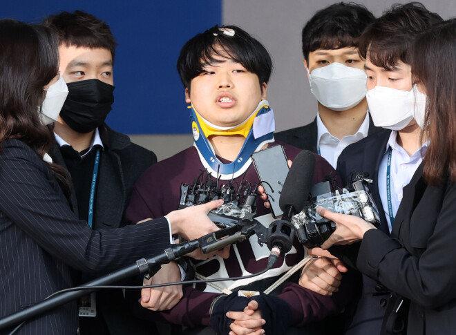 성 착취 동영상 제작 및 유포 등의 혐의를 받고 있는 '박사방' 운영자 조주빈(25)이 3월 25일 검찰에 송치되기 전 서울 종로경찰서에 모습을 드러냈다. [송은석 동아일보 기자]