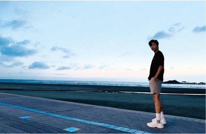 지난해 9월 5일 해 질 녘 전북 고창군 바닷가에서 랜선 팬미팅을 마치고 한 기념 촬영. [임영웅 인스타그램]