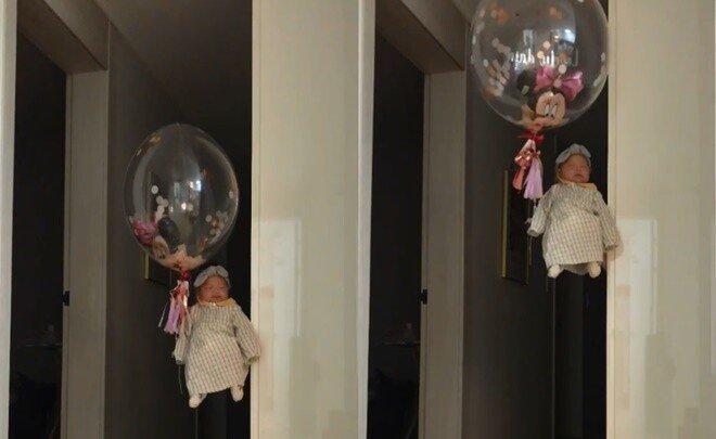 헬륨풍선 꼭 붙잡고 공중에 떠오르고 있는 아기 요정