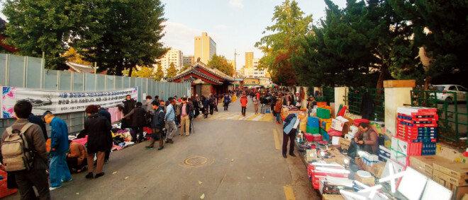 평일 오후인데도 손님으로 붐비는 서울 종로구 숭인동 동묘 벼룩시장.[박세준 기자]