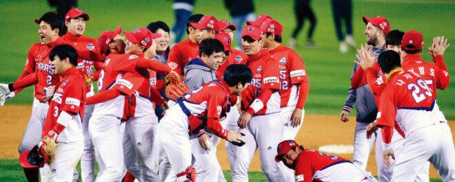 10월 30일 서울 잠실야구장에서 열린 한국시리즈 5차전에서 두산 베어스를 이기고 우승을 확정한 KIA 타이거즈 선수들이 기뻐하고 있다.[스포츠 동아]