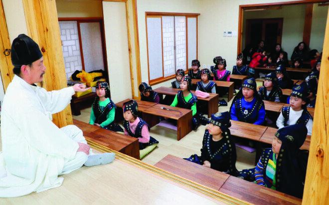 청학동 훈장이 직접 예절교육을 시키는 '못골 한옥 어린이도서관' 못골서당.[박해윤 기자]