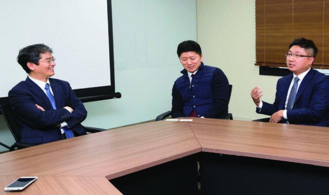 신현한 연세대 교수가 최고위 후계자 과정 제자인 추상혁 부장, 이석주 이사와 대화를 나누고 있다(왼쪽부터).[지호영 기자]