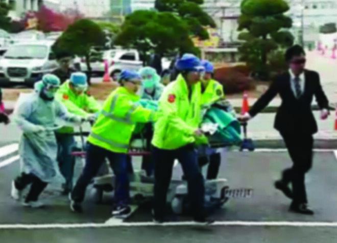 11월 13일 군사분계선을 넘는 과정에서 총상을 입은 북한 병사가 아주대병원 중증외상센터로 긴급 이송되고 있다.[뉴스1]