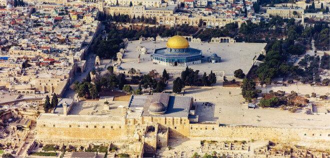 솔로몬의 성전 자리에 세워진 '알 아크사 사원'(아래 은빛 지붕의 모스크)과 황금색 돔으로 유명한 '바위의 돔 사원'. 이슬람의 3대 성지다. [위키피디아]