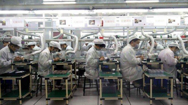 직장으로 복귀한 중국 노동자들이 마스크를 쓴 채 일을 하고 있다. [CGTN]
