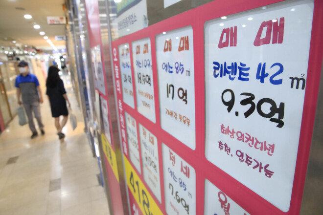 6월 21일 서울 송파구 잠실동의 한 부동산공인중개사사무소 벽면에 붙은 매매 및 임대 안내문. [뉴시스]