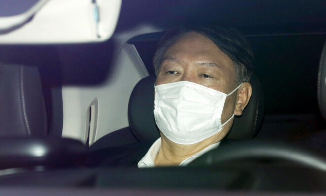 정직 2개월의 처분을 받은 윤석열 총장이 16일 오전 서울 서초구 대검찰청으로 출근하고 있다. [뉴시스]