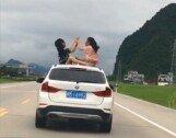 달리는 차량 지붕에 앉은 소녀 2명…경악!