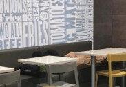 패스트푸드점서 누워있는 노숙자 사진 올렸을 뿐인데, 반전!