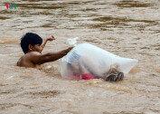 '비닐봉투'에 들어가 강 건너는 아이들…위험천만 등굣길