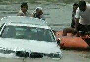 """""""재규어 원했는데…"""" 선물받은 BMW, 강물에 밀어버린 남성"""