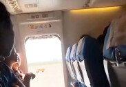 '신선한 공기가 필요해'… 항공기 비상문을 열어버린 여성