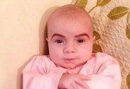 """생후 6주된 아이에 눈썹 화장시킨 엄마, """"귀여워!"""""""