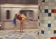 """지하철 지나갈때 치마 들추며 엉덩이 보여주는 여성, """"뭐지?"""""""