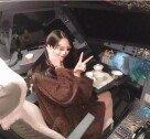 조종석 앉아 음식놓고 사진 찍은 여성, 기장은 비행 금지!