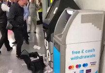 '토해내 듯…' 지폐 쏟아낸 ATM기계, 알고 보니