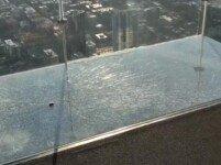 '103층 높이' 전망대 유리바닥 균열…관광객들 '공포'