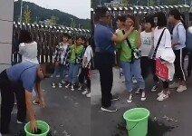 화장한 여학생들의 얼굴을 걸레로 지우는 교사의 모습 포착