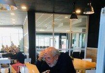 노벨상 수상 소식에 공항 카페서 노트북 켠 물리학자 '포착'