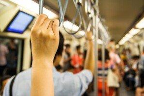 지하철 좌석에 아이 2명 눕혀… 이해할 수 있나요?