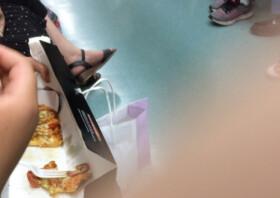 """""""아이 배고프다고…"""" 만원 지하철서 피자 먹인 여성 '눈살'"""
