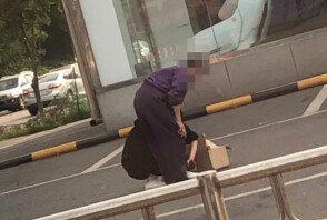 '치매 의심' 할머니에 신발 벗어준 여학생 '감동'