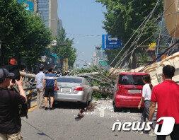 [속보] 서울 신사역 인근 건물 외벽 붕괴…2명 부상