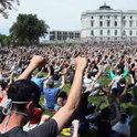 """抗議者聚集在白宮前,要求""""選掉(特朗普)"""",示威擴散成為""""反特朗普""""運動"""