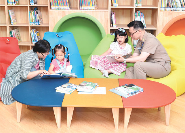 Small library opens in Jinhae's naval base apartment complex