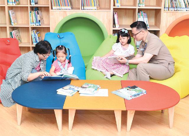 鎮海海軍基地の海の町のアパートに「小さな図書館」がオープン