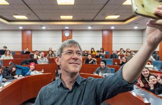 翻訳家パケット氏、「パラサイトの挑戦がアカデミーの偏見を破ることを」