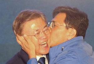"""안희정, 文에 볼뽀뽀 """"이불킥, 그래도 행복하고 즐거워"""""""