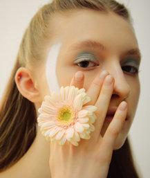 꽃이 피어나듯 꽃잎이 내려앉은 듯, 스프링 뷰티룩