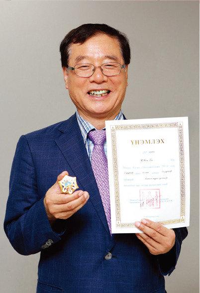 몽골 최고 친선훈장 받은 몽골학자 이성규