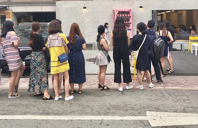 """""""고급 카페에서 커피 마시고 SNS 올리기"""""""