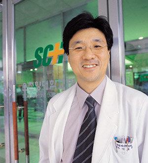 무료 진료봉사 벌이는 순천향대 총장 서교일