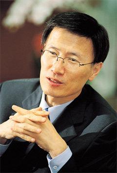 '고군분투' 윤영관 외교통상부 장관
