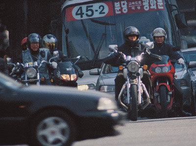 人道 침범에 역주행까지 거리의 난폭자 오토바이