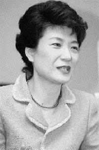 """한나라당 박근혜 대표 단독 인터뷰 """"탄핵이 최선의 선택은 아니었다"""""""