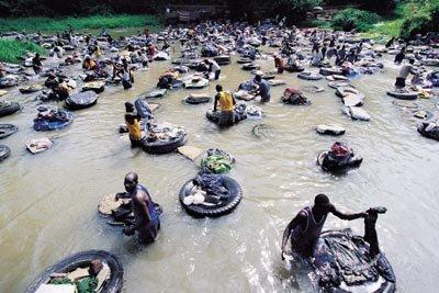 방코강을 천연색으로 물들이는 세탁부의 나라