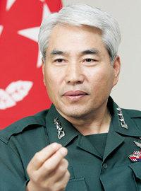 육군 인권개선위원장 백군기중장