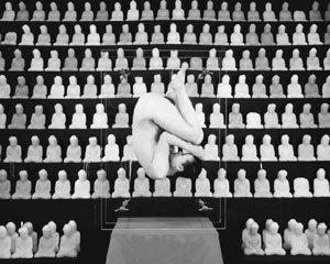 합법과 일탈, 균형과 변화의 경계인 김아타